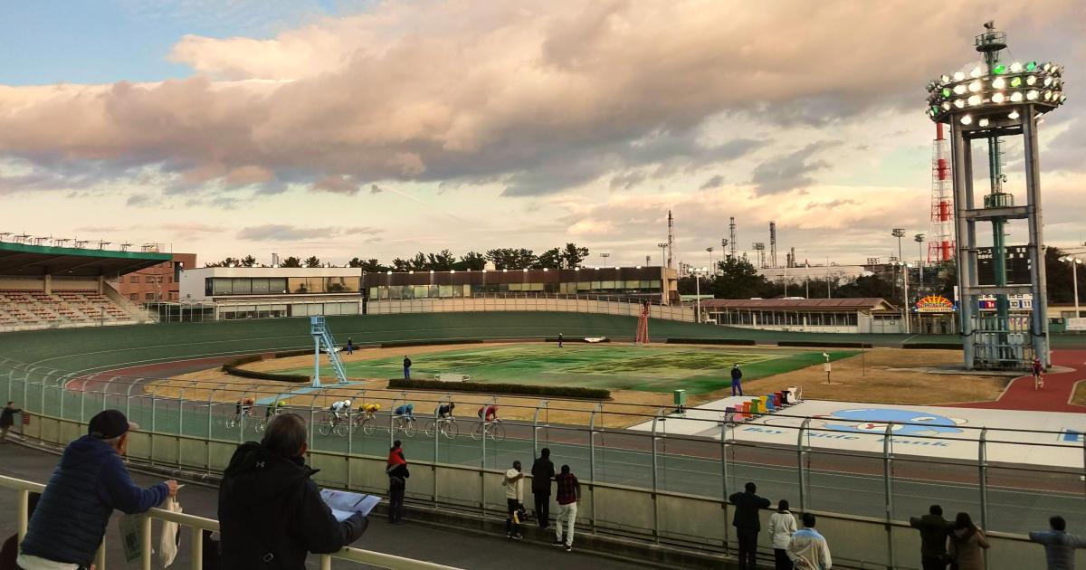 競輪場の写真。レースを見守る観客がパラパラと。